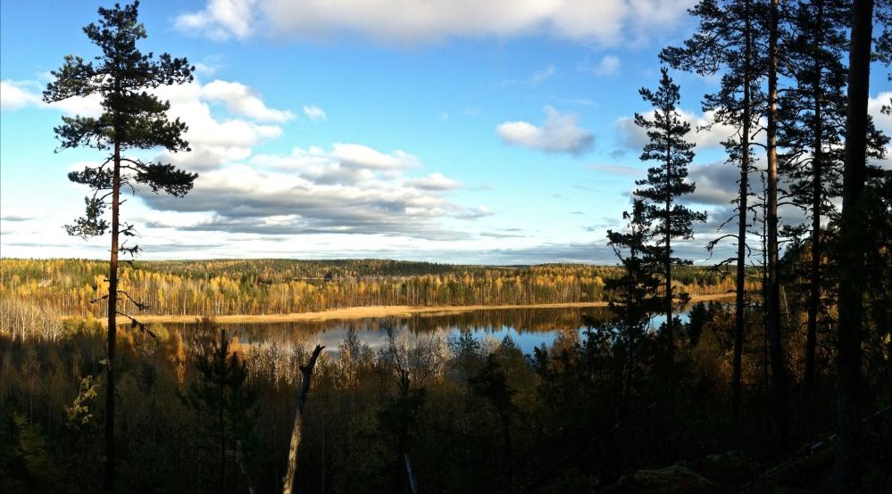 Sarajärvi ja kapean kannaksen takana Lennusjärvi.