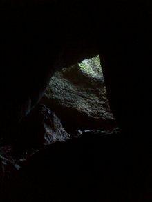 Kuva12044_Matalanmäen luola_ahdas kapeikko sivuluolassa